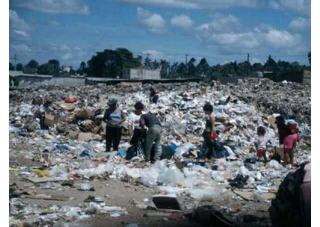 """Cha Airton Freire, vị linh mục sống ở bãi rác để cứu vớt """"những người rác"""""""