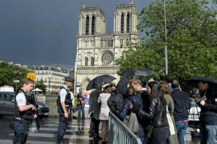"""Tấn công trước Nhà thờ Đức Bà Paris: """"Tôi thấy Đức Mẹ gìn giữ 900 du khách trong yên lặng"""""""
