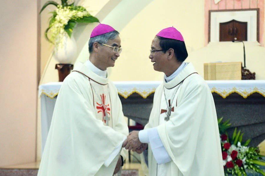 Đức cha Antôn Vũ Huy Chương đội mũ và đeo Thánh giá cho Tân Giám mục Thanh Hóa
