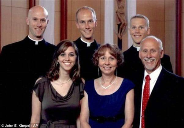 Gia đình dâng hiến: Ba anh em, ba linh mục!