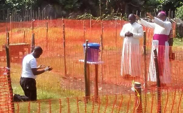 Bức hình một linh mục Congo nhiễm Ebola quỳ gối xin Giám Mục đứng từ xa ban phép lành