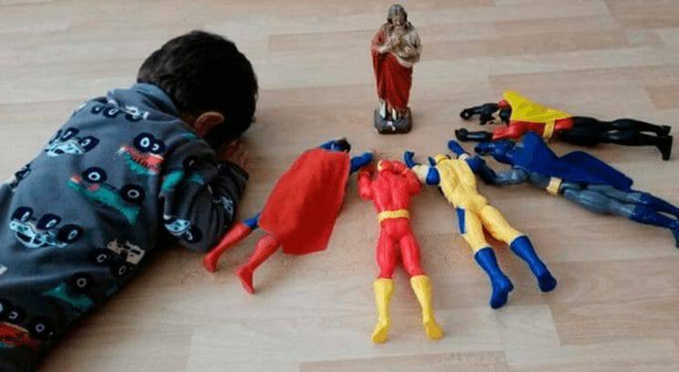Đứng trước Siêu Anh Hùng Lớn Giêsu, mọi siêu anh hùng nhỏ đều quỳ lạy