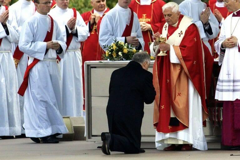 Đức Hồng Y Sarah: Rước lễ trên tay là một phần trong 'cuộc tấn công của Satan' vào bí tích Thánh Thể