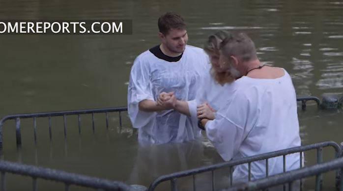 Các Kitô hữu đến dòng sông Jordan để chịu phép rửa