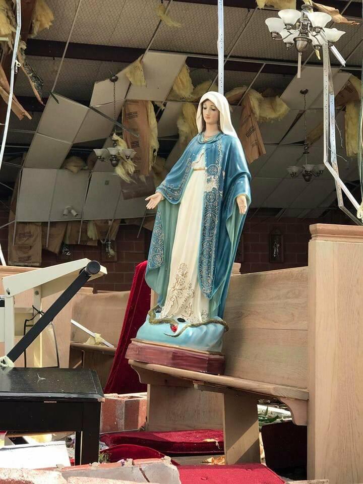 Phép Lạ: Giáo Dân Bình An Và Tượng Đức Mẹ Nguyên Vẹn Sau Lốc Xoáy Ở Mỹ