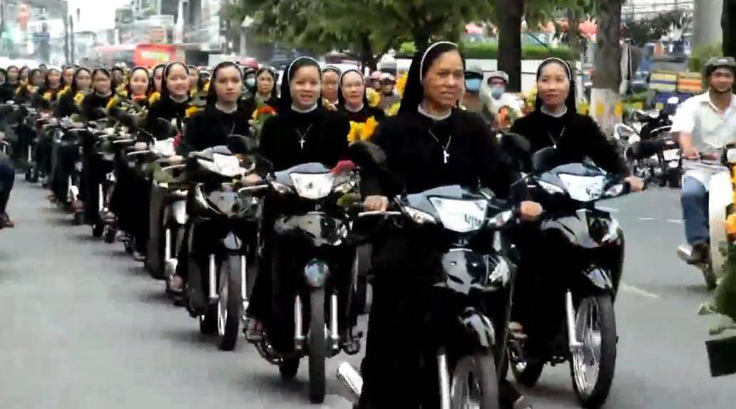 Các Sơ đi xe máy rước Đức Mẹ một cách đặc biệt