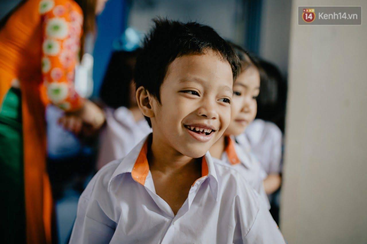 """Cậu bé xếp dép ở nhà thờ Đức Bà dự buổi lễ khai giảng đầu đời: """"Đạt sẽ được đi học miễn phí suốt 12 năm"""""""