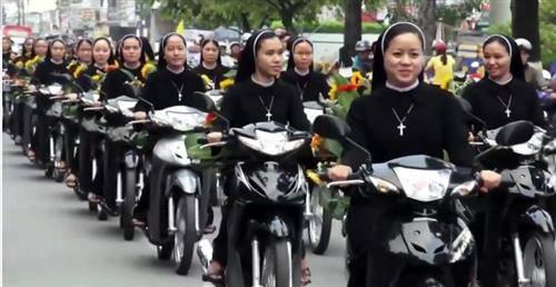 """Các nữ tu Việt Nam đi xe gắn máy """"hộ tống"""" Đức Mẹ"""