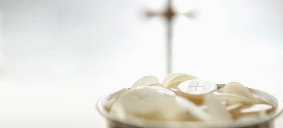 Ai được phép rước Mình Máu Thánh Chúa trong Thánh Lễ?