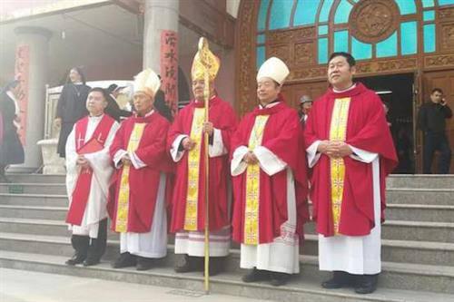 Lễ tấn phong công khai cho giám mục cộng đồng thầm lặng gây nghi ngờ