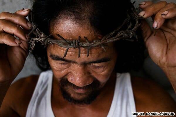 Kỳ lạ người đàn ông đáp lại tình yêu thiên Chúa bằng cách tự đóng đinh mình treo lên cây Thánh giá mỗi năm