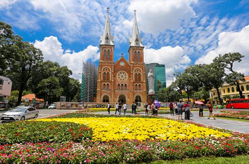 Nhà thờ Đức Bà Sài Gòn đang được rào chắn để trùng tu. Ảnh: Quỳnh Trần