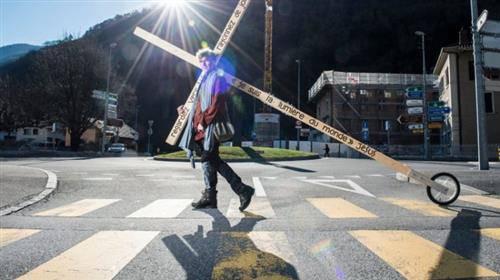 Chàng thanh niên vác Thánh Giá dài 4m nặng 24kg đi xuyên nước Thụy Sĩ