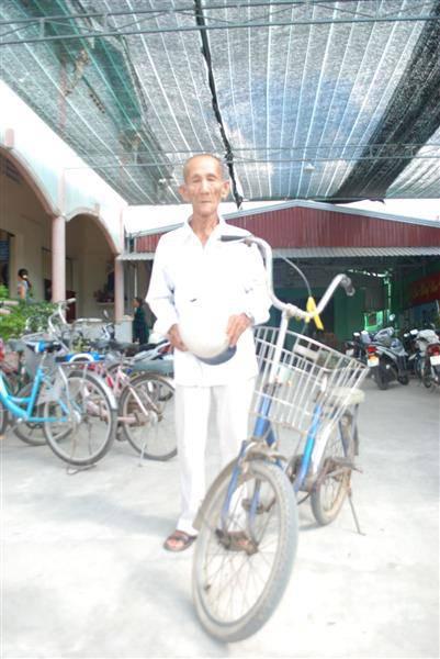 Ông tân tòng Khmer 78 tuổi đạp xe 26 cây số đi lễ